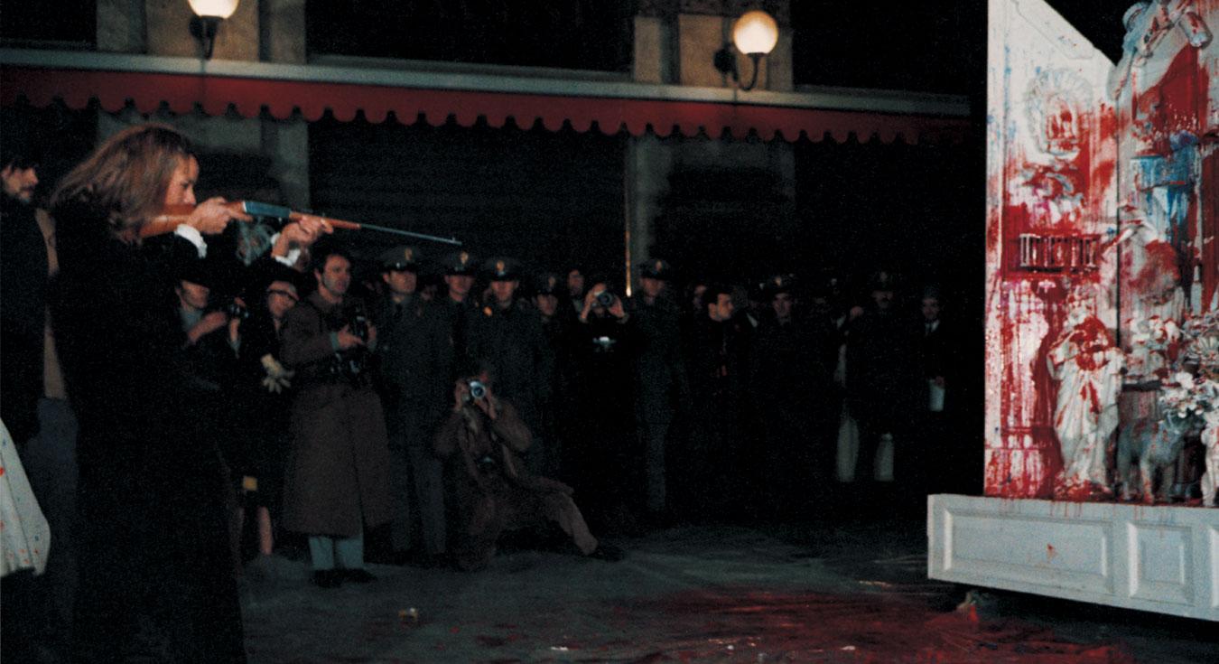 Niki de Saint Phalle shooting Autel, 25 November 1970.